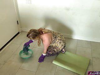 La matrigna acquisisce avvitato durante il tempo che pulisce il tubo del pavimento