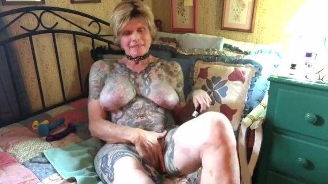 Spogliato tatuati grandi sacchi di latte granny sniffing popper